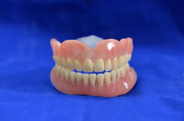 Dentadura postiza, ventajas e inconvenientes