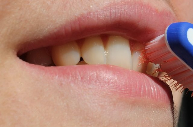 Los beneficios de un cepillo de dientes eléctrico