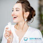 ¿Qué beneficios tiene la limpieza con un irrigador dental?